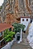 Den höga härliga kloster vaggar på, Grekland Royaltyfri Foto
