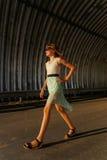 Den höga härliga tonåriga flickan går till och med tunnelen arkivfoton
