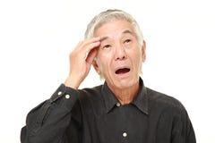 Den höga japanska mannen har borttappat hans minne royaltyfri fotografi