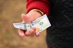 Den höga kvinnan är hållande pengar i hennes hand Pengar i gammal kvinnas hand Royaltyfria Foton
