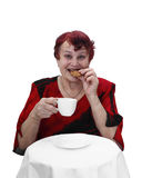Den höga kvinnan äter kakan Royaltyfri Bild