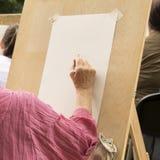 Den h?ga kvinnan drar med blyertspennan p? konststudion f?r ?ldre folk arkivbild