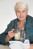 Den höga kvinnan dricker kaffe royaltyfri bild