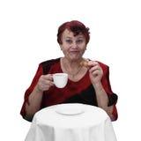 Den höga kvinnan dricker kaffe arkivfoton