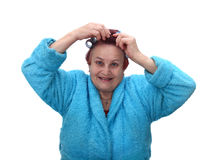 Den höga kvinnan gör frisyren arkivfoto