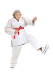 Den höga kvinnan i karate poserar Arkivfoto