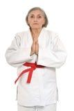 Den höga kvinnan i karate poserar Arkivfoton