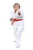 Den höga kvinnan i karate poserar Royaltyfri Fotografi
