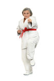Den höga kvinnan i karate poserar Royaltyfri Bild