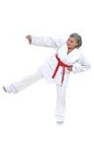 Den höga kvinnan i karate poserar Arkivbild