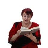 Den höga kvinnan läser thriller arkivfoto