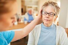 Den höga kvinnan med demens tröstas fotografering för bildbyråer