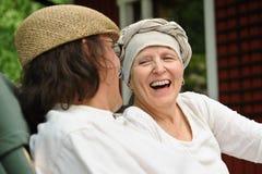 Den höga kvinnan skrattar på skämtet arkivfoto