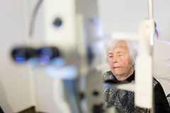 Den höga kvinnan som beeing, prepered för laser-kirurgi på oftalmologikliniken Royaltyfri Foto