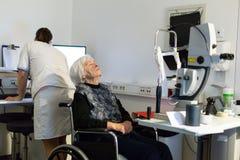 Den höga kvinnan som beeing, prepered för laser-kirurgi på oftalmologikliniken Arkivbilder