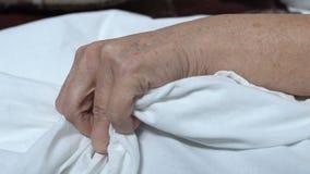Den höga kvinnan som pressar linne i sjukhuset som lider från, smärtar, den dödliga sjukdomen arkivfilmer