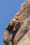 Den höga mannen på brant vaggar klättring i Colorado Royaltyfri Fotografi