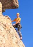 Den höga mannen på brant vaggar klättring i Colorado Royaltyfria Bilder