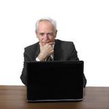 Den höga mannen sitter på anteckningsboken Royaltyfri Bild