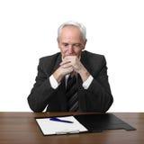 Den höga mannen sitter på tabellen med dokumentet Arkivfoton