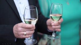 Den höga mannen står med ett exponeringsglas av champagne Gamal man med exponeringsglas av champagne Royaltyfria Bilder