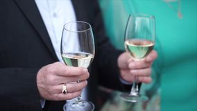 Den höga mannen står med ett exponeringsglas av champagne Gamal man med exponeringsglas av champagne Arkivbilder