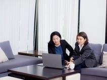den höga och yngre affärskvinnan diskuterar något under Arkivfoton