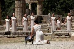 Den höga priestessen, den olympiska flamman under facklabelysningen cere Royaltyfri Bild