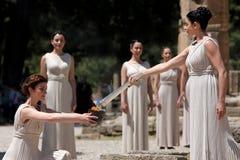Den höga priestessen, den olympiska flamman under facklabelysningen cere Royaltyfria Bilder