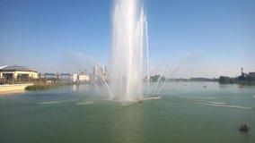 Den höga springbrunnen, vatten plaskar, den härliga anblicken, semestern, tid av vilar, reser stock video