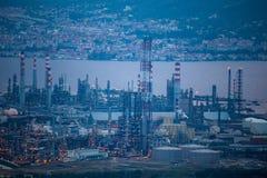 Den höga vinkeln zoomade sikten av Tupras olja Rafinery, Kocaeli, Turkiet arkivbild