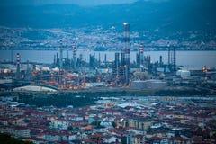 Den höga vinkeln zoomade sikten av Tupras olja Rafinery, Kocaeli, Turkiet fotografering för bildbyråer