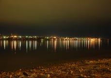 Den högra banken av Volgaet River på natten Arkivbild