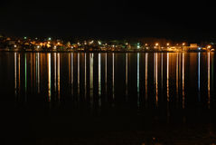 Den högra banken av Volgaet River på natten Arkivfoto