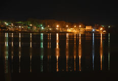 Den högra banken av Volgaet River på natten Royaltyfria Bilder