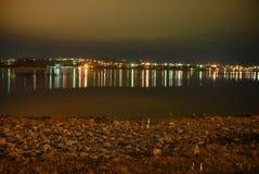Den högra banken av Volgaet River på natten Royaltyfri Foto