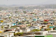 Den högstämda sikten av den kåkstäder eller husockupanten campar, också bekant som bidonvilles, i Cape Town, Sydafrika Arkivfoton