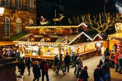 Den högstämda sikten av jul marknadsför i Strasbourg, Frankrike Royaltyfri Foto