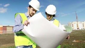 Den högsta projektteknikern And The Foreman instämmer på konstruktionen stock video