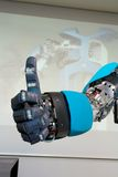 Den högteknologiska roboten räcker gesten menande ok Arkivbilder
