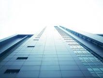 Den högväxta byggnaden från den nedersta sikten har en vit himmelbakgrund Royaltyfri Fotografi