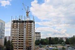 Den högväxta kranen fungerar på konstruktionsplatsen Arkivbilder