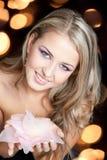 den härliga stora blonda brudtärnan hands pink Arkivfoto