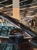 den h?rliga bilen, som parkerar och visar inom shoppinggallerian, kunde ?ka f?rs?ljningstillf?llet royaltyfria bilder