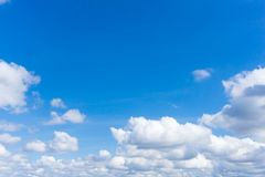 den h?rliga bluen clouds skyen royaltyfri fotografi
