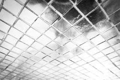 Den h?rliga closeupen texturerar abstrakt vit och f?r silverf?rgexponeringsglas f?r modellen f?r v?ggen bakgrund f?r tegelplattor fotografering för bildbyråer