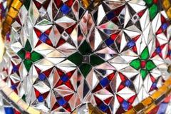 Den h?rliga closeupen texturerar abstrakta tegelplattor och guld- och f?rgrik glasv?ggbakgrund och konst royaltyfri foto
