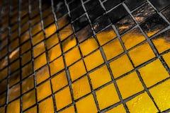 Den h?rliga closeupen texturerar abstrakta tegelplattor och svart gul f?r f?rgexponeringsglasmodell f?r v?gg bakgrund f?r guld oc royaltyfria foton