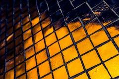 Den h?rliga closeupen texturerar abstrakta tegelplattor och svart gul f?r f?rgexponeringsglasmodell f?r v?gg bakgrund f?r guld oc arkivbild