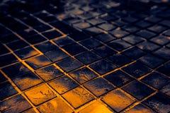 Den h?rliga closeupen texturerar abstrakta tegelplattor och svart gul f?r f?rgexponeringsglasmodell f?r v?gg bakgrund f?r guld oc royaltyfri bild